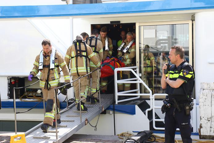 Een persoon wordt per brancard afgevoerd na de aanvaring.