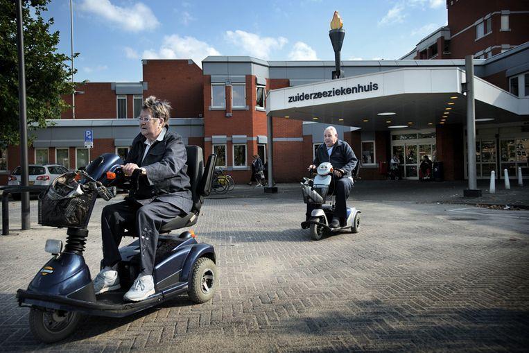 Patiënten bij het Zuiderzeeziekenhuis in Lelystad, een van de IJsselmeerziekenhuizen. Beeld Joost van den Broek/ de Volkskrant