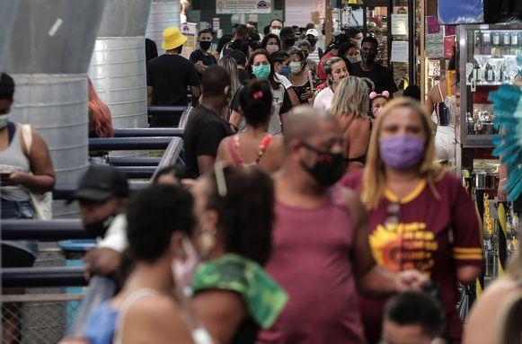 Mensen met mondmaskers in Rio de Janeiro, Brazilië, vandaag.
