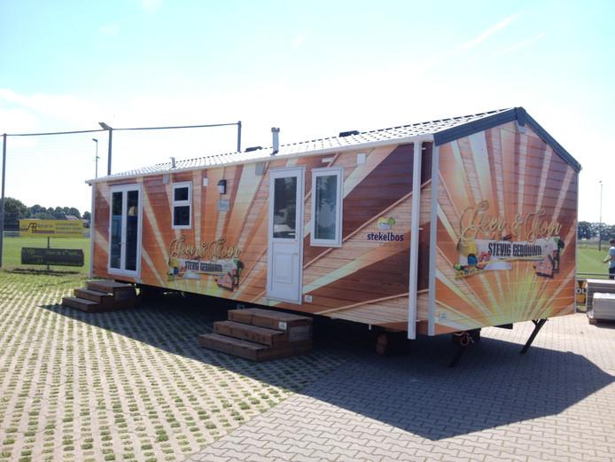 De stacaravan van Geer & Goor Stevig Gebouwd staat al klaar op het parkeerterrein van SV Westendorp.