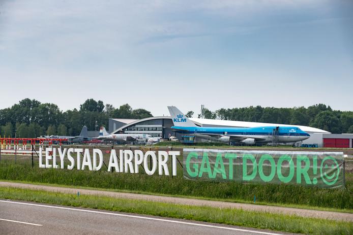 Voorstanders van Lelystad Airport hebben recent een spandoek opgehangen waarin zij hun voorkeur uitspreken.