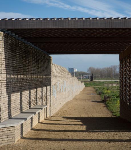 Urnenmuur in Park Lingezegen beklad