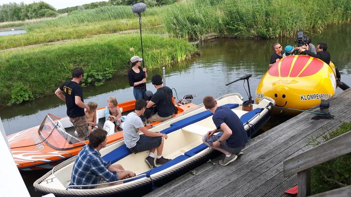 De Frans/Belgische filmcrew maakt zich op voor de scène.
