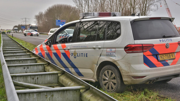 Politie rijdt auto klem op A17.