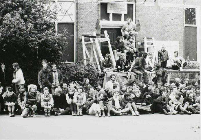 Krakers voor de pedagogische academie in Den Bosch vóór de ontruiming in 1983.