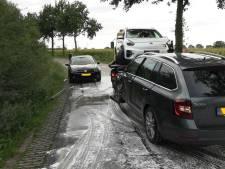 Door oliespoor glijden vier auto's tegen bomen langs de weg in Azewijn