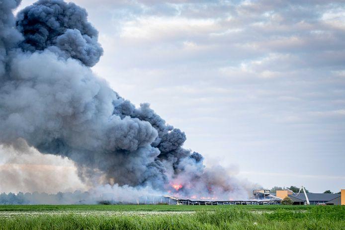 Bij een grote brand in het Groningse Kiel-Windeweer zijn zondagochtend 100.000 kippen omgekomen.