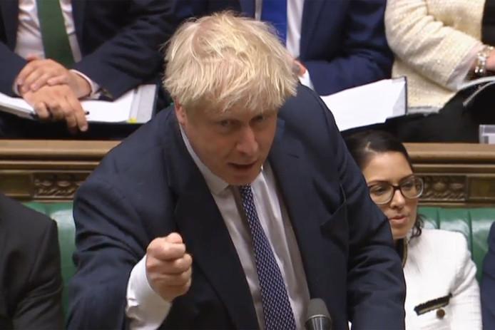 Premier Boris Johnson bijt van zich af tijdens een vinnig debat met de oppositie over brexit.