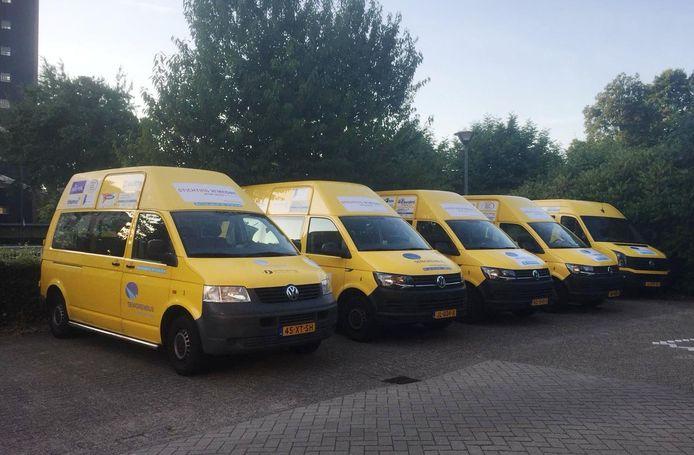 Vijf van de zes gele seniorenbussen die inmiddels in Den Bosch rijden.