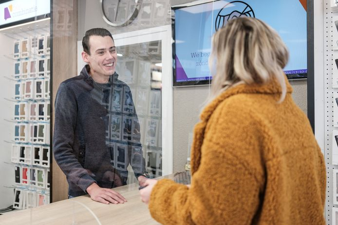 Het scherm van plexiglas beschermt zowel medewerker Boyke Bouman als de klant beter voor het coronavirus.