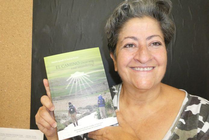 Marom Ayoubi met het boek over haar wandelervaringen in Spanje. De route die ze samen met haar zoon Andrew Portier aflegde.