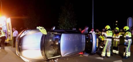 Auto landt op zijn kant na ongeval in Zaltbommel, een persoon gewond