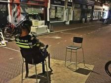Grappenmakers maken van grofvuil zitplek midden op straat