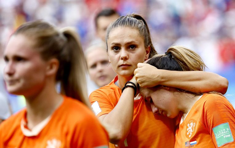 Lieke Martens en Daniëlle van de Donk van Nederland na afloop van de verloren finale tegen de Verenigde Staten. Beeld ANP