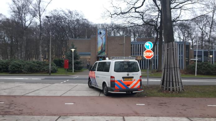 Aan de Erasmuslaan is politie aanwezig. Zij zoeken een man die mogelijk een groot mes bij zich draagt.