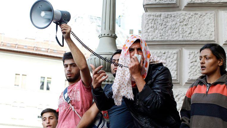 Vluchtelingen voor het Keleti-station in Boedapest. Beeld epa