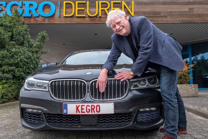 Jan Kersten bij zijn auto.
