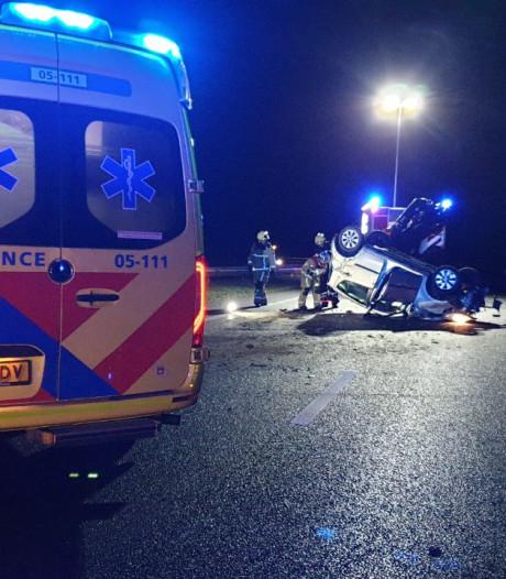 Auto vliegt over de kop op A35 bij Hengelo, gewonde naar ziekenhuis
