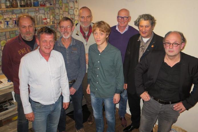 Het bestuur van Progressief Altena met derde van rechts de afgetreden voorzitter Pieter van Wijk.