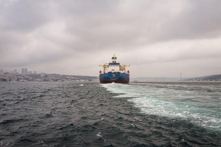 Een vrachtschip vaart over de Bosporus Beeld Zolin Nicola