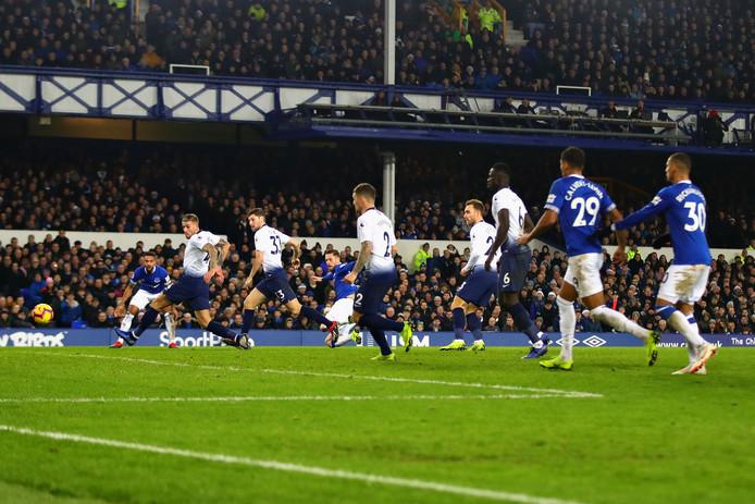 Gylfi Sigurdsson schiet de 2-4 raak namens Everton.