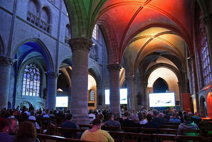 Op zaterdagavond werd de film 'Hunt for the Wilderpeople' vertoond in de basiliek.  De kerk werd door Zomerfilm Hulst voorzien van prachtige lichtjes.
