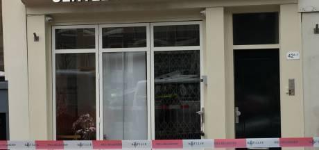 Amsterdamse gracht afgesloten na vondst van handgranaat aan deur