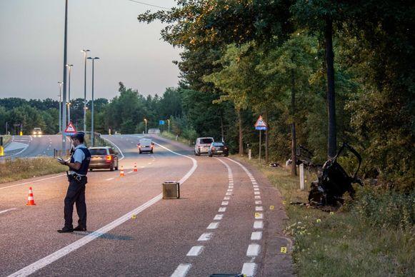 Vijf bomen verder hangen nog kaartjes en steunbetuigingen van het vorige ongeval.