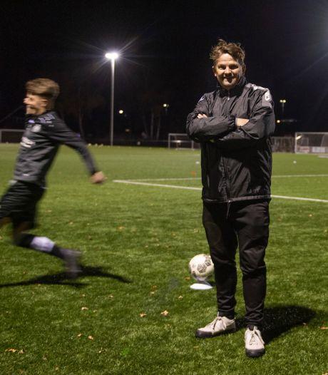 Het voetbalspel van Peter van Meerten uit Almelo begint met een diagonale service