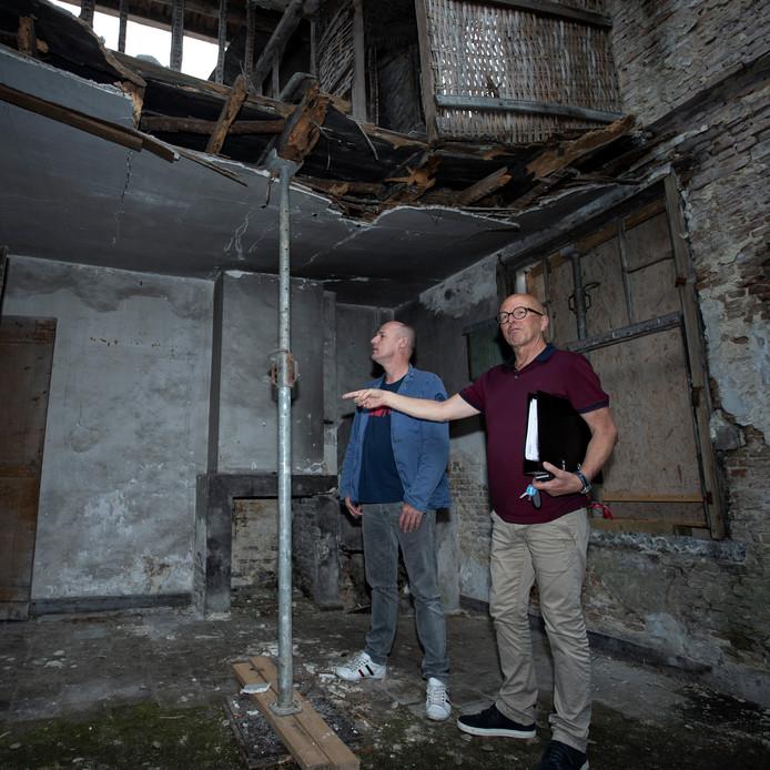 Het voormalige koetshuis is jarenlang verwaarloosd, er is een ingrijpende verbouwing nodig om het pand op te knappen.