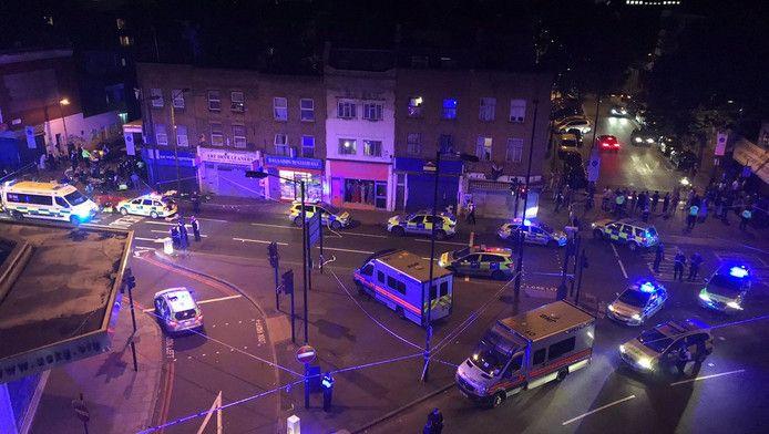 Politie en hulpdiensten in Finsbury Park in Londen, nadat een busje inreed op voetgangers.