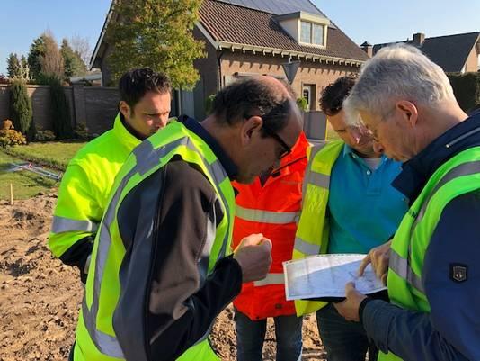 Overleg over wat te doen met het lichaam dat gevonden is op de hoek Julianasingel/Schansoord in Erp.