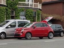 Kop-staart-botsing met 2 auto's in Hengelo