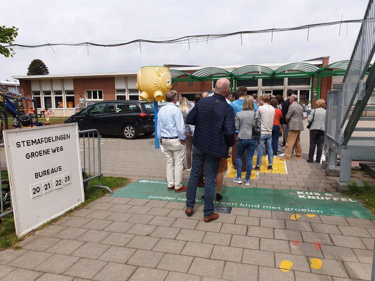 De stembureaus in de wijk Groeneweg in Ninove. Aan sommigen was het erg lang wachten, aan andere gingen het dan weer vlot.