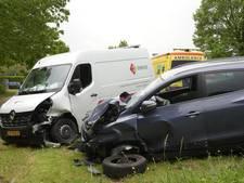 Twee auto's knallen tegen stilstaand busje in Gilze