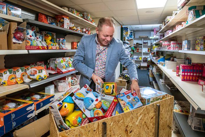 Erwin Kleine Koerkamp met de berg cadeaus in Lettele.