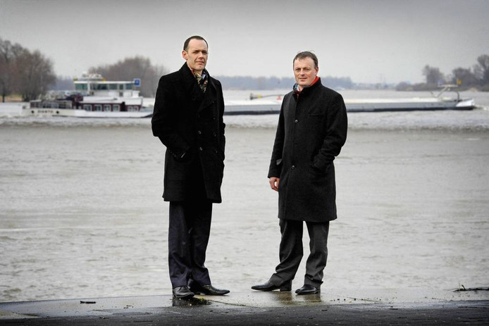 Chris Poulissen (links) en Laurent Ney, de architecten van de stadsbrug, aan de Waal in Nijmegen. Foto: Bert Beelen