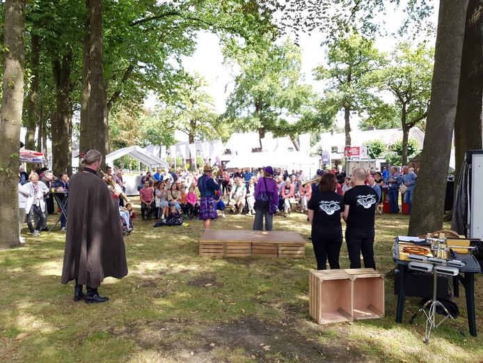 Mensen verzamelen zich voor de Brabantsedag in Heeze.