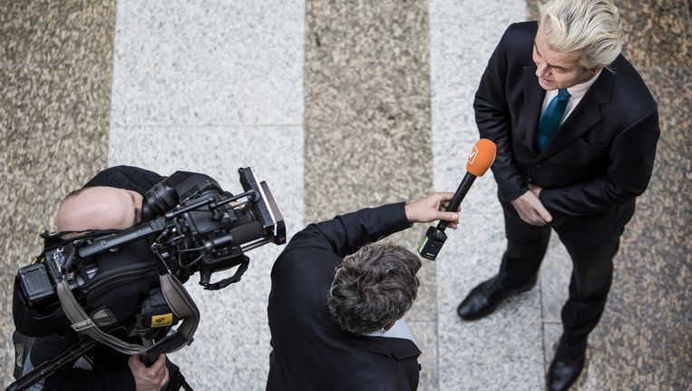 Geert Wilders (PVV) in gesprek met de pers op de loopbrug in de Tweede Kamer. Beeld Freek van den Bergh