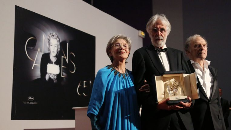 'Amour'-regisseur Michael Haneke (midden) en hoofdrolspelers Emmanuelle Riva en Jean-Louis Trintigant afgelopen mei na het winnen van de Gouden Palm in Cannes. Beeld AFP