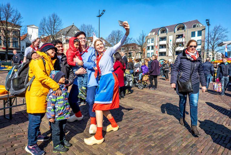 Naast kaasmeisjes nu ook kaasjongens op de kaasmaarkt op het waagplein in Alkmaar.  Beeld Raymond Rutting / de Volkskrant