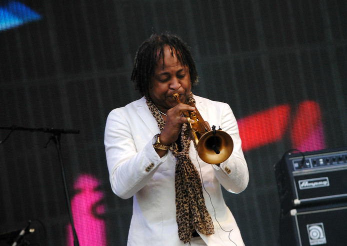 Saxofonist op het podium tijdens het optreden van Doe Maar.