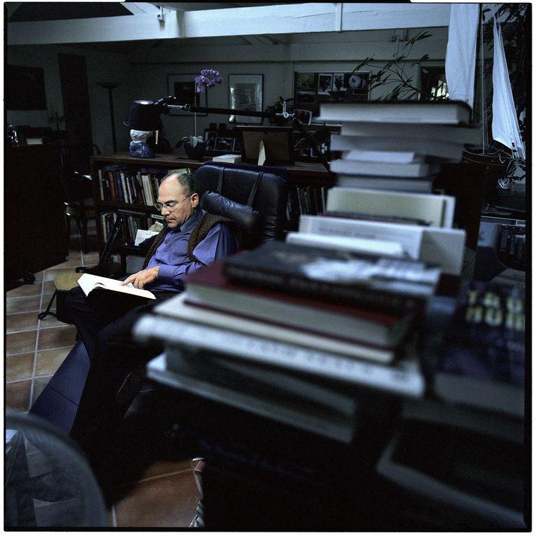 Vanaf zijn zolder stelt Karel van Wolferen, journalist met emeritaat, de 'groots opgezette volksverlakkerij' aan de kaak. Beeld Marcel Molle