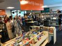 Marlie Driessens van bibliotheek De lage Beemden spreekt de belangstellenden toe bij de opening van het Taalhuis in Boekel