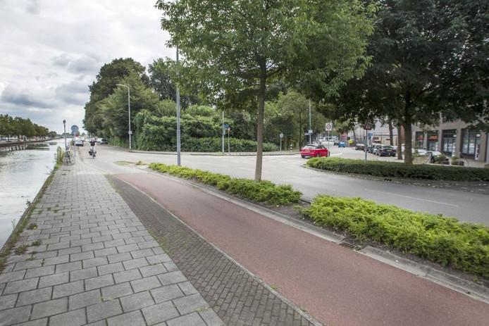 De kruising Kanaaldijk-Zuid (links) – Breitnerstraat (rechts). Straks móet autoverkeer hier rechtsaf. Verkeer de stad in kan langs het kanaal – met dubbele fietspaden – rijden. Foto Tom Valstar/fotomeulenhof
