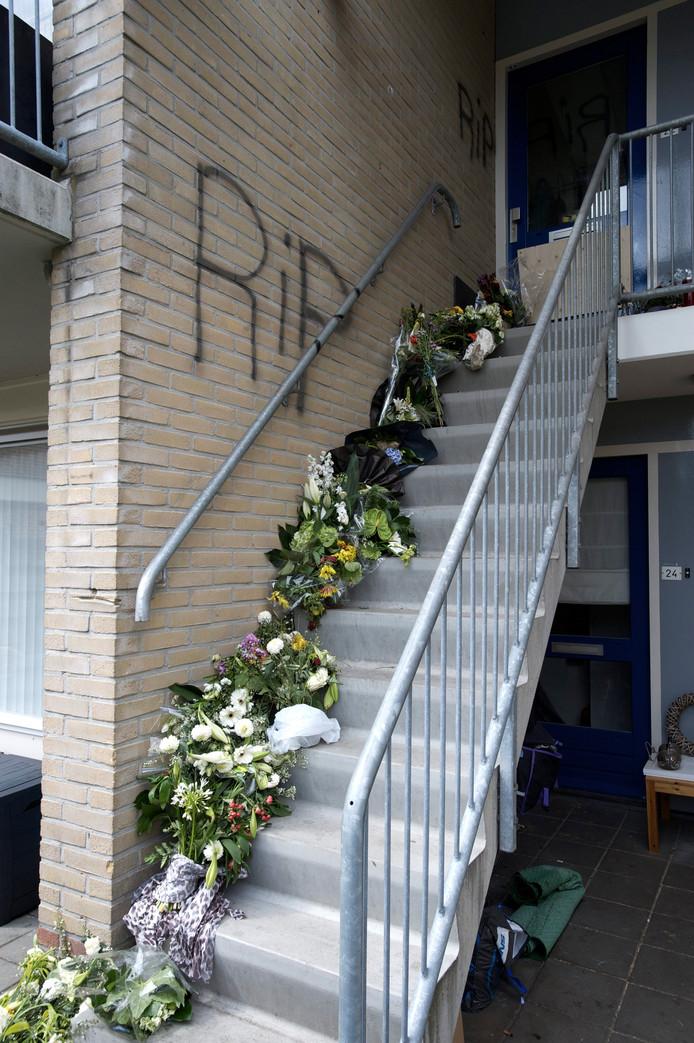 Op de trap naar een bovenwoning aan het Meesterserf ontstond na de moord een bloemenzee. 'RIP' is op de muur gekalkt.