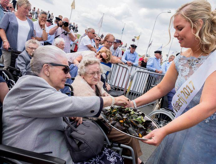 Miss Visserij 2017, Iris de Ronde draagt haar titel donderdag in Bruinisse officieel over aan haar opvolgster.