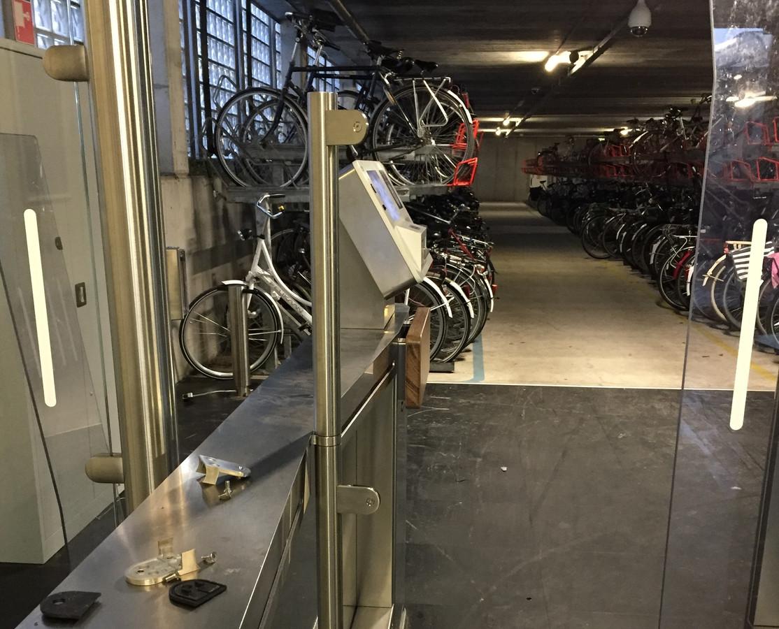 De dieven demonteerden een van de glazen toegangsdeurtjes naar de stalling om ongehinderd in en uit te kunnen lopen.