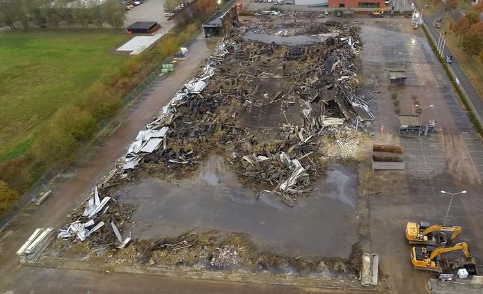Het pand van de Karwei vanuit de lucht, een dag na de brand.