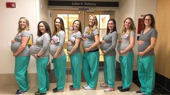 Acht van de negen collega's die tegelijk zwanger zijn.